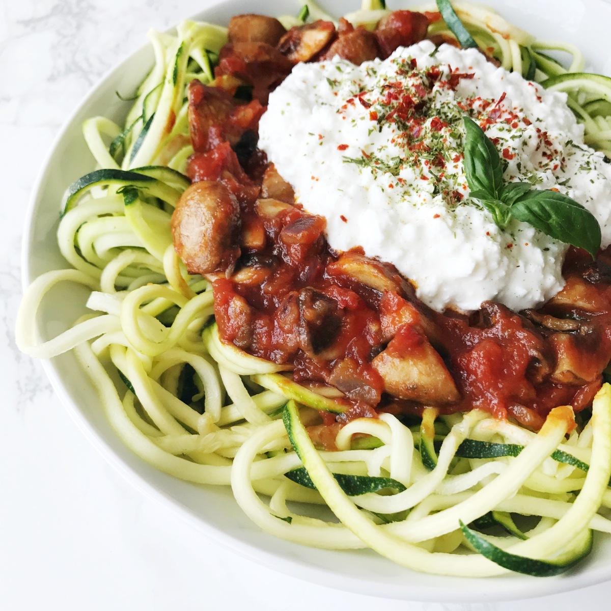 zucchini nudeln mit tomaten champignonso e und h ttenk se on top franzellii experimente aus. Black Bedroom Furniture Sets. Home Design Ideas